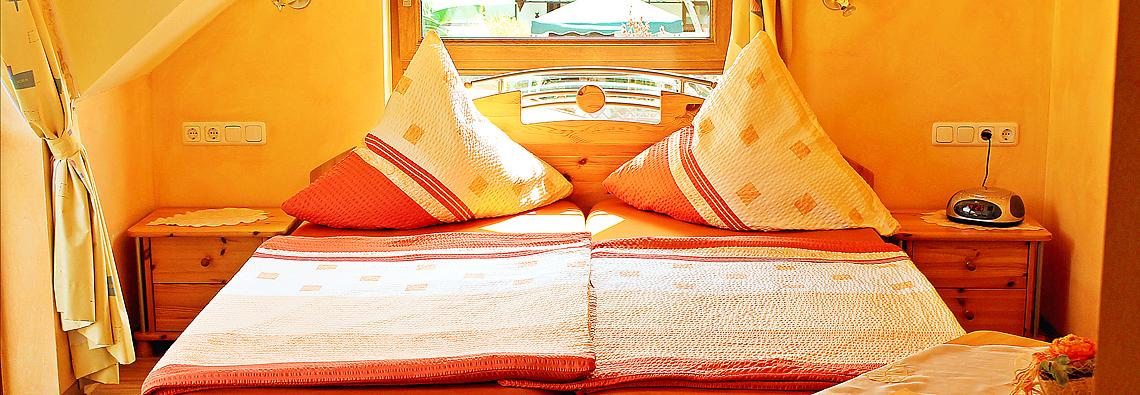 Gästebett in mediterran eingerichtetem Gästezimmer