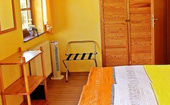 mediterran eingerichtetes Gästezimmer mit Balkon